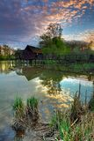 Het landschap van de zomer met rivier en watermill. Stock Afbeelding