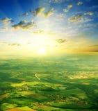 Het landschap van de zomer op een mooie zonsondergang als achtergrond Stock Foto's
