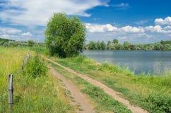 Het landschap van de zomer - vreedzame plaats naast meer. Stock Afbeelding