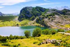 Het landschap van de zomerbergen met meer Stock Afbeeldingen