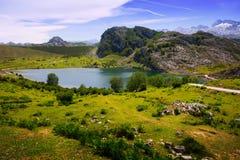 Het landschap van de zomerbergen met meer Royalty-vrije Stock Foto's