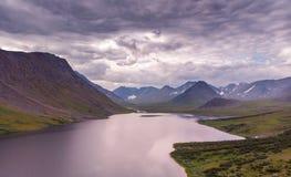 Het landschap van de de zomerzonsondergang met bergen, Meer Hadata, Polair Oeralgebergte stock foto
