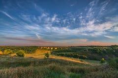 Het landschap van de zonsondergang Zonsondergang bij zonsondergang royalty-vrije stock fotografie
