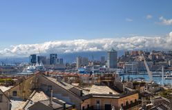 Het landschap van Genua van de oude stad aan 'Porto Antico ', Oude Haven en de horizon, Genua, Italië stock foto's