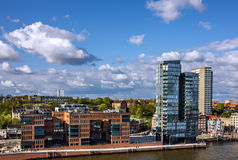 Het landschap van Hamburg, Duitsland, de moderne bureaubouw in haven Stock Afbeeldingen