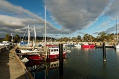 Het landschap van haventriabunna met de veerboot aan Maria Island in Tasmanige, nationale reserve in Australië, mooi zonsondergan stock afbeelding