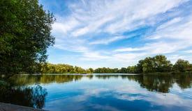 Het landschap van het de zomermeer met groene bomen en struik, Woking, Surrey Stock Fotografie