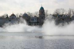Het landschap van het fantasiekasteel met mist Stock Foto's