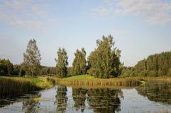 Het landschap van het land met grote vijver bij zonsondergang Royalty-vrije Stock Afbeeldingen