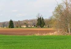 Het landschap van het land met losgemaakt huis stock foto's