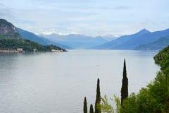 Het landschap van het Meer van Como. Bomen en bergen. Italië Stock Foto's