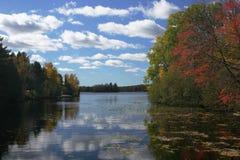 Het Landschap van het meer in Vroege Daling Royalty-vrije Stock Foto's