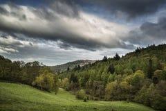 Het landschap van het meerdistrict met stormachtige hemel over platteland anf fie Stock Foto
