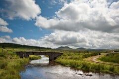 Het landschap van het platteland overdwars aan bergen Royalty-vrije Stock Foto