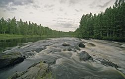Het landschap van het water met wolken, bos en spleet Royalty-vrije Stock Foto