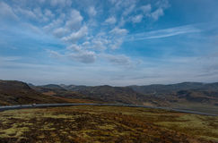 Het Landschap van IJsland met Berg, Blauwe Hemel en Weg Stock Afbeeldingen