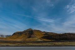 Het Landschap van IJsland met Berg, Blauwe Hemel en Weg Royalty-vrije Stock Fotografie