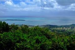 Het landschap van Indische Oceaan met bos van een berg Stock Afbeeldingen
