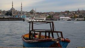 Het landschap van Istanboel, kleine bootoverzees, moskee en Galata-Brug stock videobeelden
