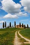 Het landschap van Italië, Toscanië met landbouwbedrijfhuis Stock Afbeeldingen