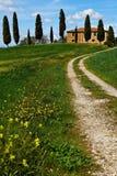 Het landschap van Italië, Toscanië met landbouwbedrijfhuis Royalty-vrije Stock Afbeeldingen