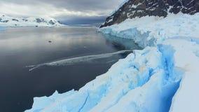 Het landschap van het jacht en de baai wordt omringd door bergen en gletsjers Andreev stock videobeelden