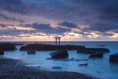 Het landschap van Japan van traditionele Japanse poort en overzees Stock Foto's