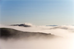 Het landschap van Kreta Senesi in Toscanië, Italië op een mistige dageraad Royalty-vrije Stock Afbeelding
