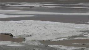 Het landschap van lagune, de bergen en de zoute vlakten in Atacama verlaten, Chili stock videobeelden