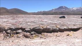 Het landschap van lagune, de bergen en de zoute vlakten in Atacama verlaten, Chili stock video