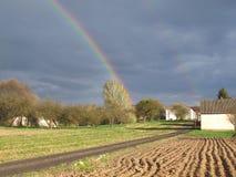 Het landschap van het land met dubbele regenboog royalty-vrije stock afbeelding