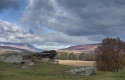 Het landschap van het land met rotsdagzomende aardlaag Stock Afbeelding