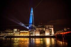 Het landschap van Londen bij nacht, die het Scherfgebouw tonen Stock Fotografie
