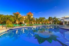 Het landschap van het luxe zwembad in Mexico Stock Afbeelding