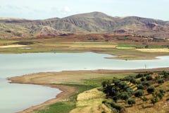 Het landschap van Marokko met meer en groene gebieden stock foto
