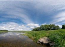 Het landschap van Nice van de rivier en de blauwe hemel Royalty-vrije Stock Afbeeldingen