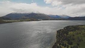Het landschap van Nieuw Zeeland, Meer Wanaka, Glendhu-Baai, hommel luchtschoten stock video