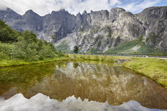 Het landschap van Noorwegen De berg Trollveggen van het massief van de sleeplijnmuur Romsda royalty-vrije stock fotografie