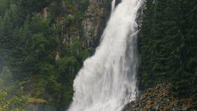 Het landschap van Noorwegen met grote waterval stock footage