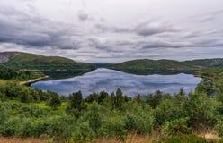 Het Landschap van Noorwegen met Meer en Bezinning Bewolkte blauwe hemel Stock Fotografie