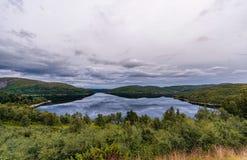 Het Landschap van Noorwegen met Meer en Bezinning Bewolkte blauwe hemel Royalty-vrije Stock Fotografie
