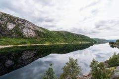 Het Landschap van Noorwegen met Meer en Bezinning Bewolkte blauwe hemel Royalty-vrije Stock Foto's