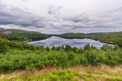 Het Landschap van Noorwegen met Meer en Bezinning Bewolkte blauwe hemel Royalty-vrije Stock Foto