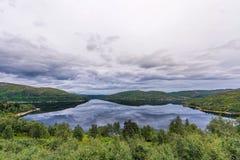 Het Landschap van Noorwegen met Meer en Bezinning Bewolkte blauwe hemel Stock Afbeelding