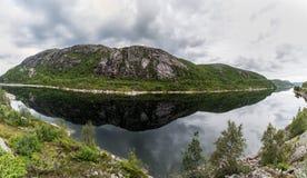 Het Landschap van Noorwegen met Meer en Bezinning Bewolkte blauwe hemel De V Royalty-vrije Stock Foto