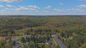 Het landschap van Pennsylvania van Poconobergen met groen weide en bos stock footage