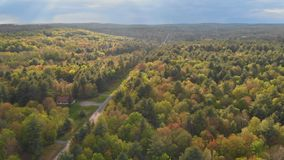 Het landschap van Pennsylvania van Poconobergen met groen weide en bos stock video