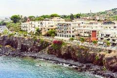 Het landschap van Sicilië Rotsachtige overzeese kust van Acitrezza naast Cyclops-eilanden, Catanië, Italië stock afbeeldingen