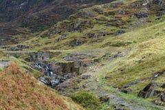 Het landschap van Snowdonia De rivier stroomt onderaan de berg Stock Fotografie