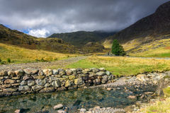 Het landschap van Snowdonia De rivier stroomt onderaan de berg Stock Foto's